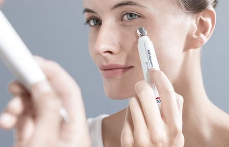Woman using the cooling application to apply Eucerin AQUAporin ACTIVE Revitalising Eye Creme